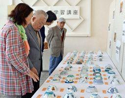 有田町内の小学生が作った茶わんが並ぶ有田町文化祭会場=有田町の〓の博記念堂
