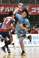 トヨタ紡織九州-琉球 後半 相手ディフェンスをかわし、シュートを決める中本和宏=沖縄県の浦添市民体育館