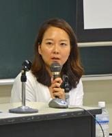 「からつ塾」で講演する金志映氏=7月29日、唐津市の唐津ビジネスカレッジ