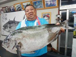 60センチのオナガグロに大喜びの脇山さん(写真提供・丸銀釣りセンター)