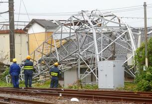 台風で停電相次ぎ、負傷も