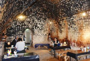 石炭窯の喫茶店でくつろぐ来場者=嬉野市の志田焼の里博物館