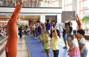 新体操の簡単な運動を体験する子どもたち
