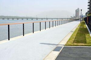 完成した松浦河畔緑地の遊歩道。奥には松浦橋が見える