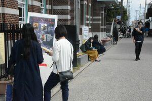 町を歩き謎解きゲームに挑戦する参加者=佐賀市柳町周辺