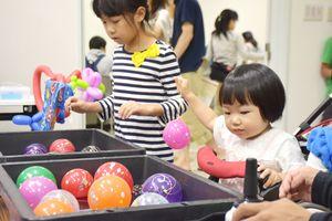 ヨーヨーつりを楽しむ児童ら=佐賀市商工ビルの市民活動プラザ