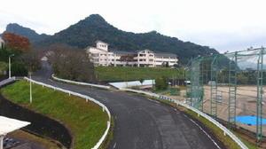 全長約180㍍(記者調べ)の武高坂と、奥に建つ武雄高校舎