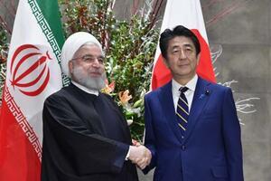 2019年12月、イランのロウハニ大統領(左)と握手する安倍首相(当時)=首相官邸