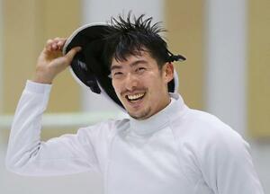 練習を終えてマスクを外し、笑顔を見せるフェンシング男子エペの見延和靖=静岡県沼津市