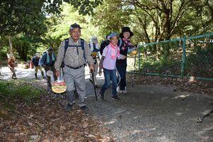 金立山の頂上を目指し出発する参加者=佐賀市金立町の金立教育キャンプ場