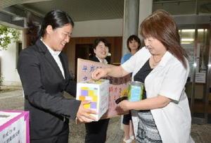 九州豪雨の被災地に向けた募金活動を行うボランティア部のメンバー=佐賀市の佐賀女子短大