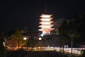 LEDでライトアップされた五重塔=基山町の本福寺