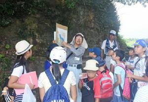 江戸時代の古地図を示しながら塩田の跡や今も残る道を探索する子どもたち=伊万里市瀬戸町