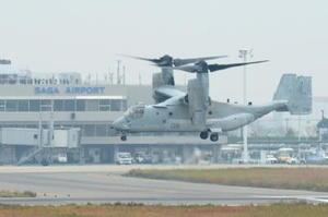 佐賀空港周辺を試験飛行する米軍オスプレイ=2016年11月、佐賀市川副町