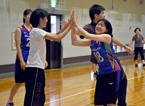 ミニゲームで参加者とハイタッチを交わす久光製薬スプリングスの戸江真奈選手(右)=佐賀市の勤労身体障害者教養文化体育館