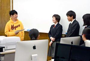 プレゼンテーションの内容について生徒とやりとりする佐藤可士和さん=有田町の有田工高