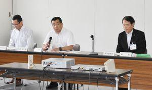 伊万里市暴力追放推進市民会議であいさつする原田崇伊万里署長(中央)=伊万里市役所