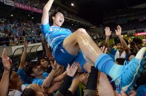 壮行セレモニー後、チームメートに胴上げされる鎌田選手=鳥栖市のベストアメニティスタジアム