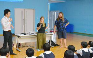 フィンランドからの留学生(右から)ウルホさん、イラさんが両国の違いなどについて話した出前講座=佐賀市の佐賀清和高