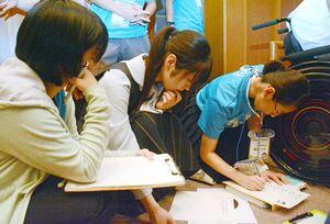 佐賀にまつわる5文字を元に「あいうえお短歌」を作る生徒たち=伊万里市民センター