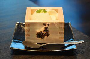 ヒノキの酒升で提供され、味も写真映えも抜群の「升スイーツ 基峰鶴杏仁豆腐」