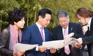 王仁博士顕彰公園について意見を交わす松本茂幸市長(右から2人目)と田東平郡守(同3人目)=神埼市神埼町