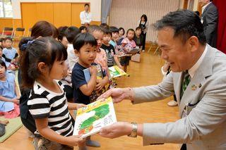 唐津市が発育応援で新事業 3歳児に絵本プレゼント
