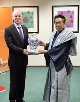 ヤルト・アコビ駐日大使(左)に瓶子を献上する畑石眞二代表理事=東京のオランダ大使館
