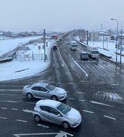 積雪の影響でノロノロ運転が続く国道34号=18日午前7時50分ごろ、杵島郡江北町の東分交差点