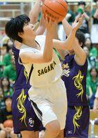バスケットボール女子決勝リーグ・佐賀北-佐賀清和 競りながらシュートする佐賀北の選手=唐津市文化体育館