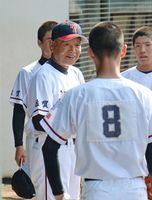 試合前に円陣を組み、選手たちに声をかける太良の永尾泰憲監督(左)=みどりの森県営球場