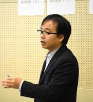 タブレット端末を用いた家庭学習について報告する山本朋弘氏=佐賀市文化会館