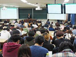過労死遺族による講演や、働き方改革をテーマにした講演があった「過労死等防止対策推進シンポジウム」=佐賀市の佐賀大学
