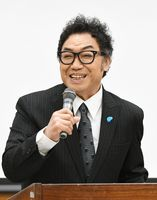 肝炎プロジェクトのスペシャルサポーターとして登場したコロッケさん=佐賀大学医学部付属病院