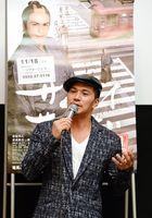 映画「サムライせんせい」の舞台あいさつに立つ主演の市原隼人さん=佐賀市のシアターシエマ