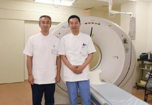 2年間の研修を終え、山元記念病院で働く郭強さん(左)と卞学芸さん。勤勉さと心優しい性格で患者の心もつかんでいる=伊万里市の山元記念病院