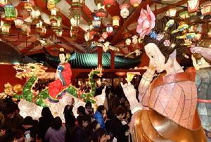 中国の春節に合わせ始まった「長崎ランタンフェスティバル」。幻想的な光が街を彩った=28日夕、長崎市