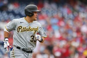 2回、ヒットを放って一塁へ走るパイレーツの筒香=フィラデルフィア(ゲッティ=共同)