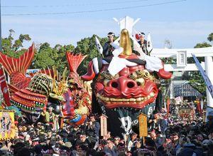 唐津神社前を出発する1番曳山「赤獅子」=3日午前、唐津市