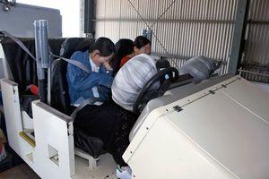 模擬衝突体験機でぶつかった時の衝撃の強さを体験する参加者=上峰町のひがしさが自動車学校