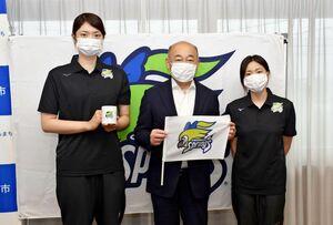 橋本市長(中央)にフラッグを贈った戸江キャプテン(右)と岩坂選手=鳥栖市役所