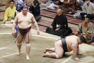 遠藤(左)に引き落としで敗れた貴景勝。7敗目を喫した=18日、両国国技館