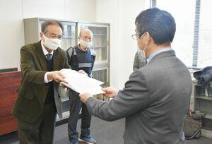 高校でのクラスター発生で、対策を求める要請書を手渡す藤岡直登会長(左)=佐賀県庁