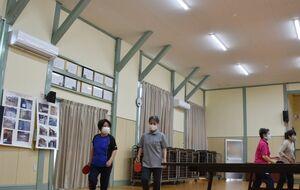緑の柱が往時をしのばせる中央区会館のホール