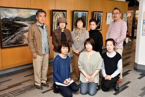 31回目の絵画展を開いている「虹の会」の会員たち=小城市小城町の桜城館