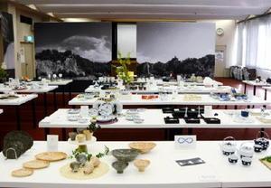 有田焼の新商品開発事業で生まれた商品が並ぶ会場=西松浦郡有田町の佐賀県陶磁器工業協同組合