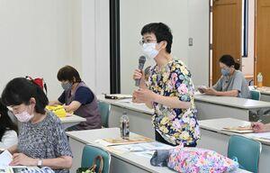 質問をする「製品安全セミナー」の参加者=佐賀市の県婦人会館