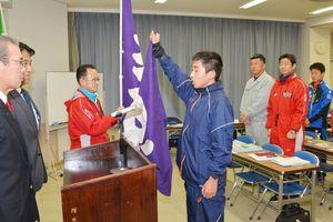 宣誓で健闘を誓う山田基貴選手=多久市の中央公民館