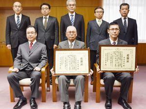 感謝状を受けた谷川益忠さん(前列中央)と忠光さん(前列右)=佐賀市の県警本部