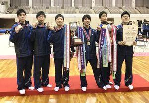 新体操男子団体で11年ぶり2度目の優勝を飾った神埼清明の選手たち=福島県営あづま総合体育館